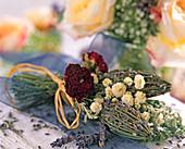 Lavendelflaschen, Rosenblüten, Achillea ptarmica