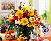 Spätsommerstrauß mit Gartenblumen