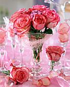 Rosenblüten und Ageratum houstonianum / Leberbalsam
