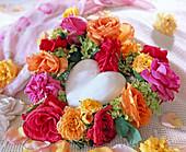 Herzförmiger Kranz mit diversen Rosenblüten und Hydrangea
