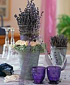 Getrockneter Lavendel als Säule gesteckt und mit weißen