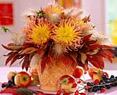 Dahlia / Kaktusdahlie, Pennisteum / Federborstengras mit Herbstblättern dekoriert