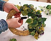Herbstkranz binden auf Strohrömer, Hedera / Efeu, Ampelopsis / Scheinbeere