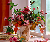 Rosa / Rosen und Hagebutten, Chrysanthemum, Lonicera / Jelängerjelieber, Physalis