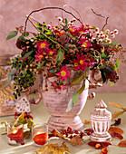 Chrysanthemum, Skimmia, Myrtus / Myrtenzweige mit Früchten, Eucalypthus, Rubus / B