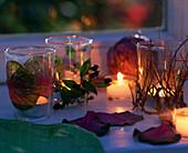 Gläser als Windlichter dekoriert mit Brassica / Zierkohl, Myrtus / Myrte, Euphorbia