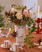 Rosa / Rosen, Dianthus / Nelken, Corylus colurna / Baumhasel, Eucalyptus (Knospen),