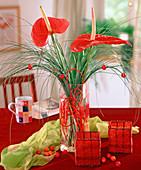 Vase mit bunter Wäscheleine als Steckhilfe füllen 3/3