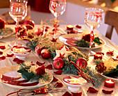 Weihnachtliche Tischdeko mit Rosen, Äpfeln und Sternen