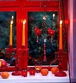 Fensterdeko mit Kerzen und Citrus / Clementinen, Malus /Äpfeln