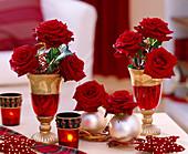 Glaskelche mit Rosenblüten weihnachtlich dekoriert
