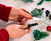 Kranz aus Zweigen für Kerzenhalter. 1. Step: bunte Kugeln mit Draht um Zweig wic