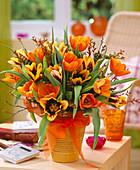 Tulipa / Tulpen orange und weinrot-gelb, Betula / Moorbirke,