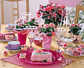 Herztorte mit rosa Zuckerguß, Rosa chinensis / Topfröschen