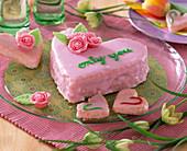 Herzen mit rosa Zuckerguß und Marzipanrosen, Fritillaria