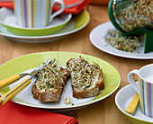 Frisches Brot mit Keimsprossen