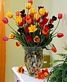 Tulipa / bunter Tulpenstrauß in bunter Glasvase