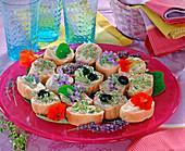 Baguettescheiben mit eßbaren Blüten