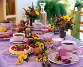 Kaffeetafel mit Obstkuchen u. Girlande aus Prunus / Zwetschgen, Mirabellen, Pfir