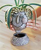 Handgetöpferter Keramiktopf als Übertopf mit Untersetzer