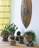 Verschiedene handgetöpferte Keramiken als