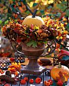 Ahornkranz: Acer / Kranz aus Ahornblätter, Cucurbita / Kürbisse, Physalis / Lamp