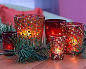 Mosaikwindlichter weihnachtlich dekoriert