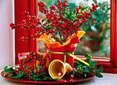 Ilex verticillata / rote Winterbeere, Ilex 'Alaska' / Stechpalme als Strauß und