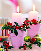 Ilex 'Alaska' / Stechpalmenzweige als Kerzendeko, rosa Töpfchen, Kerzen, Baumsch