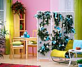 Paravent als Raumteiler weihnachtlich geschmückt