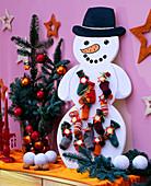 Schneemann aus Sperrholz ausgesägt und angemalt als Adventskalender, Abies proce