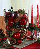 Große Glasvase mit Ilex / Stechpalme, Pinus / Kiefernzapfen, Picea / Fichtenzapf