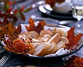 Schale mit Baguettebrot dekoriert mit Chrysanthemum, Rosa / Hagebutten, Acer / A