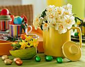 Gelbe Kaffeekanne mit Narcissus 'Bridal Crown', Deko-Ei mit Narcissus