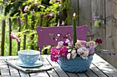 Gesteck aus Blüten von Rosa (Rosen), Lavandula (Lavendel), Malva