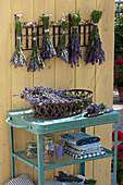 Frisch geschnittener Lavandula (Lavendel) im Korb und gebündelt