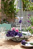 Drahtkorb mit Lavandula (Lavendel) und Blüten von Rosa