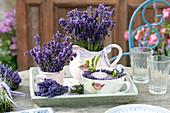 Straeusse aus Lavandula (Lavendel) in Kanne und Becher