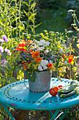 Bunter Strauss aus Kräutern und essbaren Blüten
