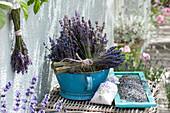 Getrockneter Lavandula (Lavendel) in Emaille-Schüssel