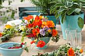 Tischdeko mit Kräutern und essbaren Blüten