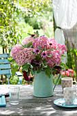 Laendlicher Strauss in grüner Kanne : Hydrangea 'Pink Annabelle'