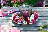 Windlicht mit Blüten von Verbena (Eisenkraut) locker als Kränzchen