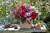 Herbstlicher Strauss aus Rosa (Rosen, Hagebutten), Aster (Herbstastern)