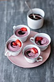 Veganes Erdbeer-Cashewmousse mit Schokoladensauce