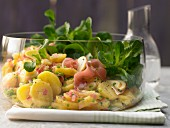 Potato salad with lambs lettuce, salmon and apple