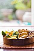Fisch-Satays mit Gurke und Ananas (Indonesien)