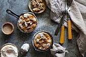 Kürbiskuchen aus der Pfanne mit Gewürzjoghurt und Walnusskernen