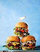 Burger-Pyramide mit Fähnchen