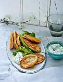Vegetarische Linsenpuffer mit Joghurtdip und Eichblattsalat (Low Carb)